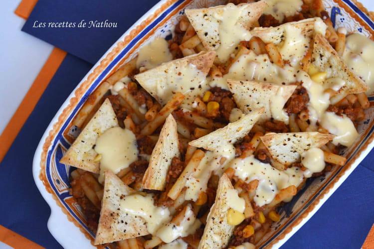 Macaronis au chili, chips nachos et sauce cheddar