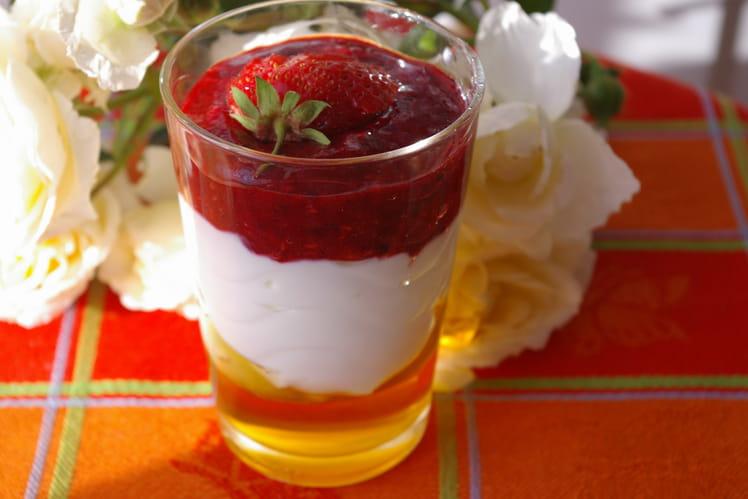 Verrine de crème de yaourt miellé aux fraises