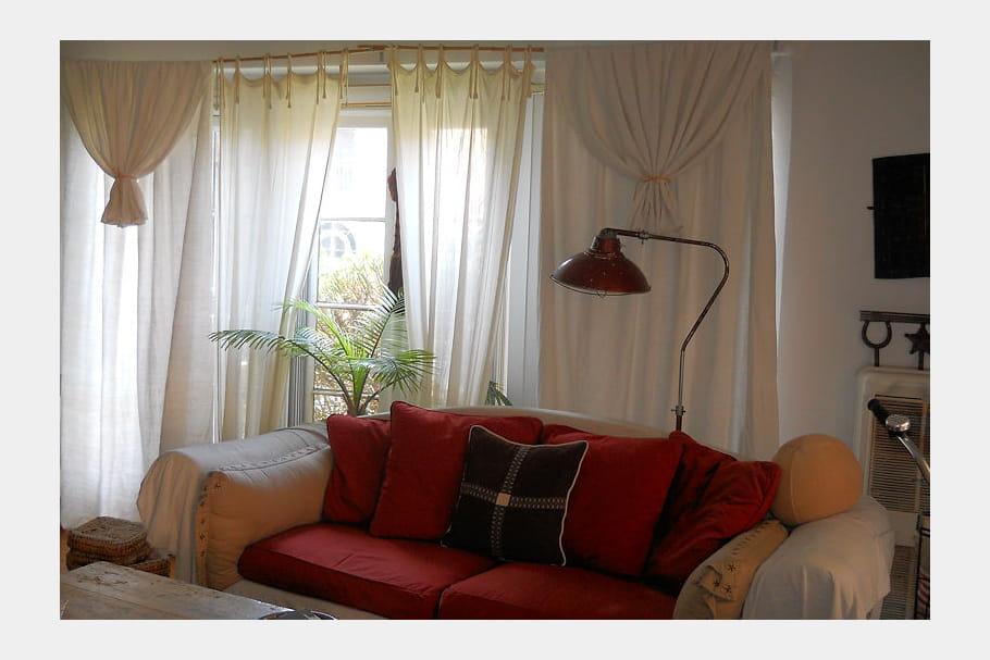 canap rouge et lampadaire vintage d co boh me et r cup 39 en californie journal des femmes. Black Bedroom Furniture Sets. Home Design Ideas