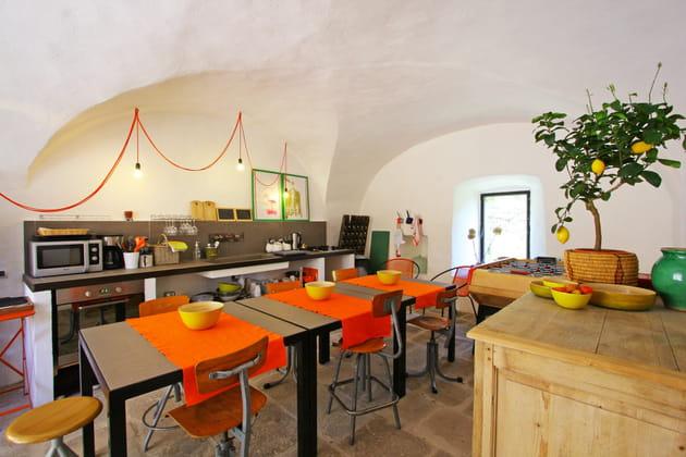 Une cuisine en gris, joyeuse et chaleureuse