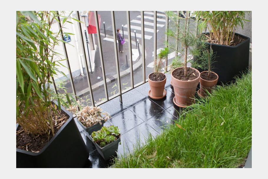carr de pelouse sur balcon balcon 35 id es d co pour l 39 am nager journal des femmes. Black Bedroom Furniture Sets. Home Design Ideas