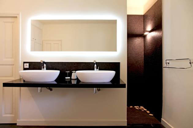 Une salle de bains illuminée