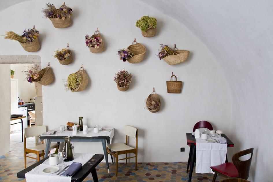 Des paniers tressés au mur pour plantes perchées