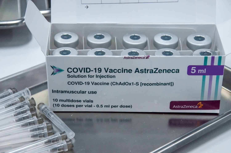 Le vaccin Vaxzevria d'AstraZeneca est le 2e vaccin du Covid le plus administré après celui de Pfizer même si les risques de thromboses ont freiné son déploiement. Il ne peut pas être administré à tous et pas en centre de vaccination. Composition, origine,