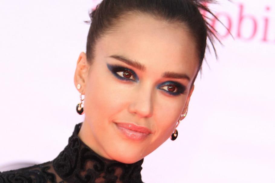 Tendance make-up: comment adopter le bleu nuit, couleur Pantone 2020?