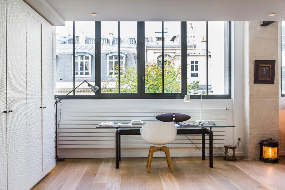 Un bureau face à la fenêtre