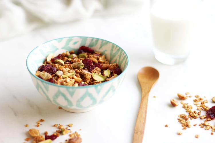 Granola maison aux cacahuètes, pistaches et canneberges