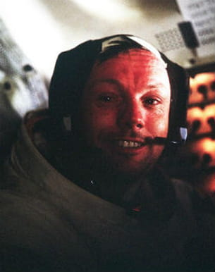 neil armstrong dans sa combinaison spatiale, à l'intérieur du module lunaire
