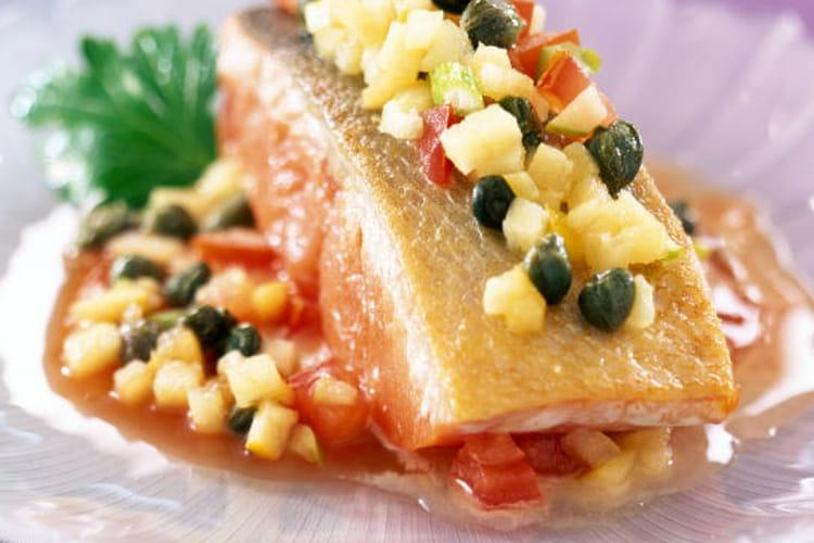 Pavé de saumon à l'unilatérale, concassée de tomates et pommes aux câpres