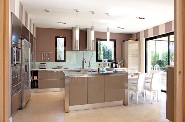 Un îlot dans une cuisine chaleureuse