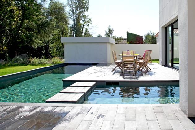 Un îlot sur la piscine