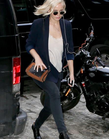 Jennifer Lawrence et son sac bicolore