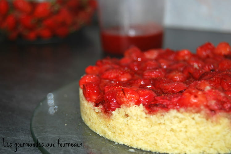 Gâteau crumble aux fraises et aux cerises