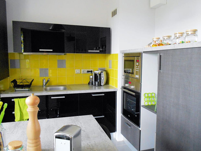 la cuisine moderne en jaune et gris. Black Bedroom Furniture Sets. Home Design Ideas