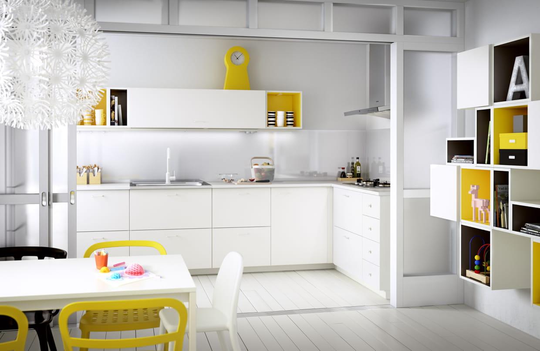 Veddinge, cuisine blanche et jaune d\'IKEA