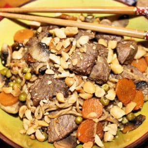 nouilles sautées légumes, boeuf, cacahuètes
