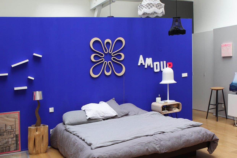 Une chambre d\'adulte bleue Klein