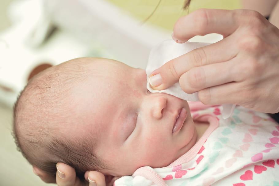 Bébé a les yeux qui collent: quand consulter, que faire?