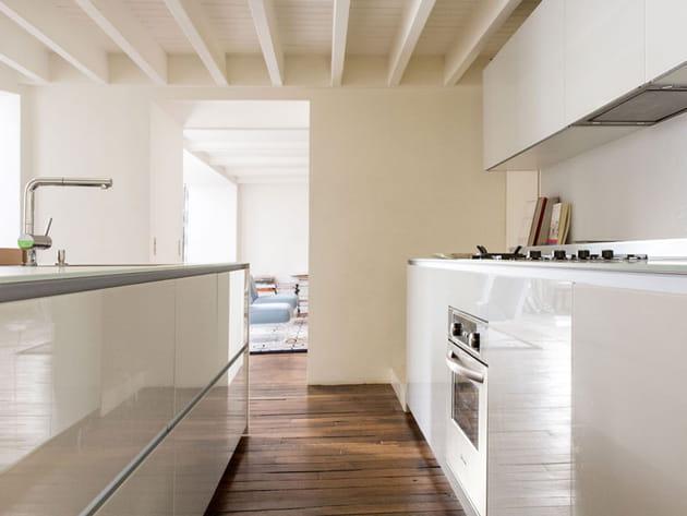 Une cuisine blanche et lisse