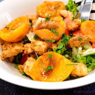 salade de poulet épicé et abricots frais