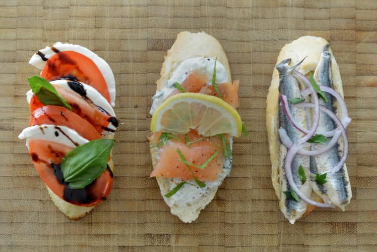 Trio de tapas : tartine aux anchois marinés, au saumon et fromage blanc, à la tomate et mozzarella