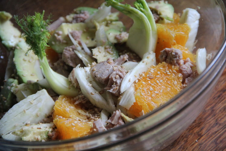Salade de fenouil, avocat, orange et thon au sésame toasté