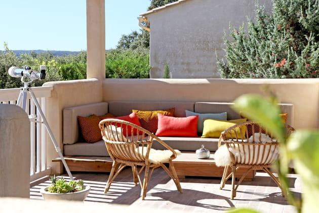 Balcon chaleureux aux couleurs vives