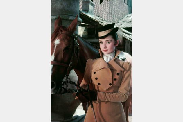 Audrey Hepburn en manteau camel