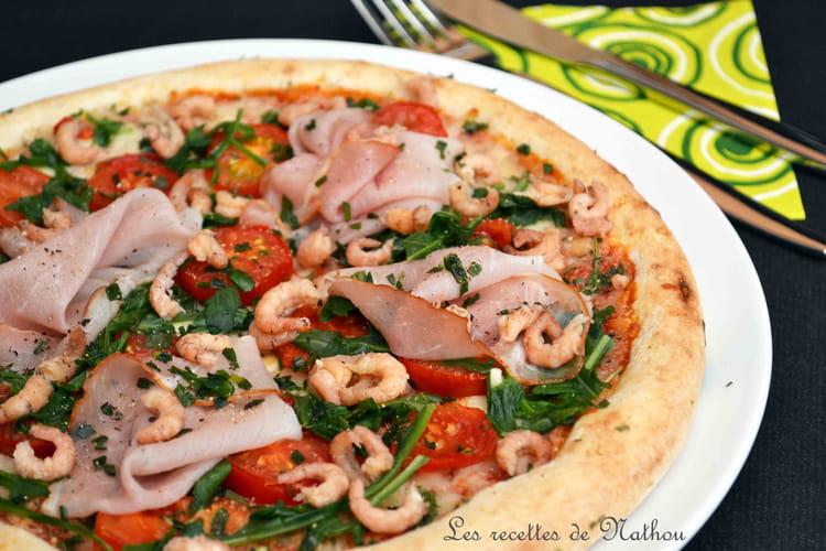 Pizza aux tomates cerise, jambon cru, crevettes grises, roquette et estragon