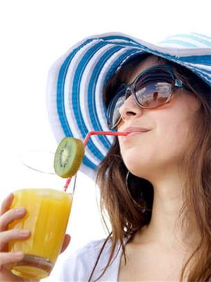 les sodas et les jus de fruits contiennent beaucoup de sucre.