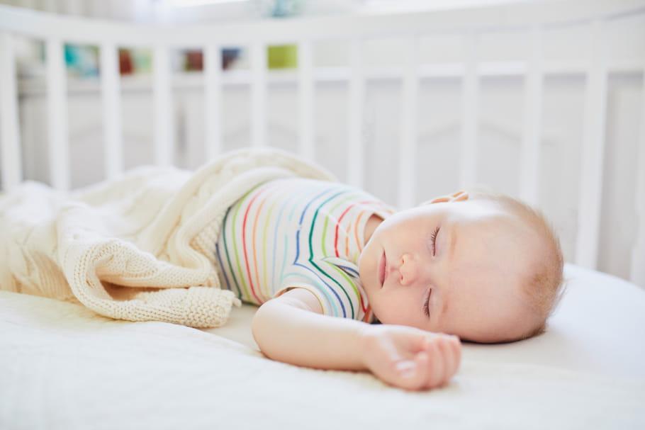Siestes de bébé mois par mois