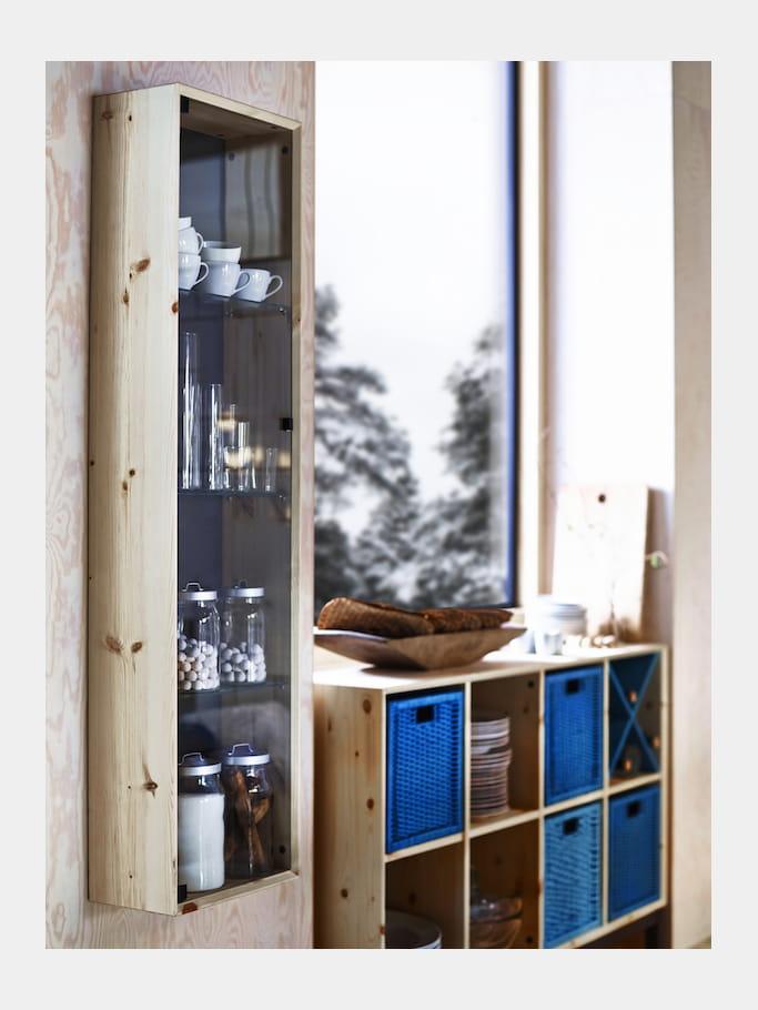 vitrine en bois et verre d 39 ikea ikea retourne aux sources avec des meubles personnaliser. Black Bedroom Furniture Sets. Home Design Ideas