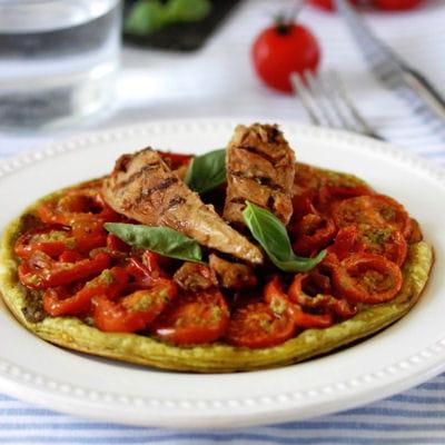 Tartes fines aux tomates et pesto, filets de maquereaux grillés aux légumes du soleil