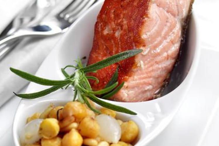 Saumon de Norvège grillé aux pois chiches et pignons de pin