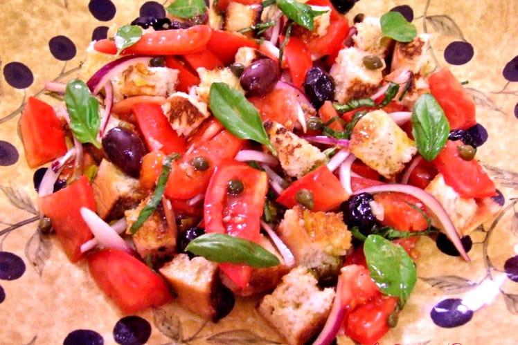 Panzanella ou panmolle salade de tomates au pain rassis