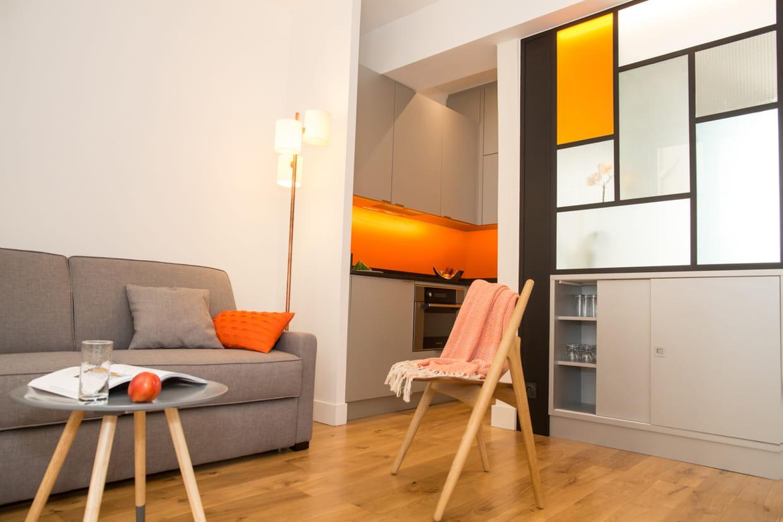 apr s un salon confortable. Black Bedroom Furniture Sets. Home Design Ideas