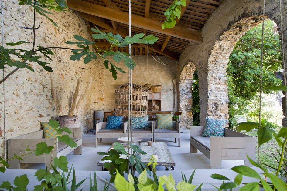 Salon de jardin bucolique sous les arches en pierre