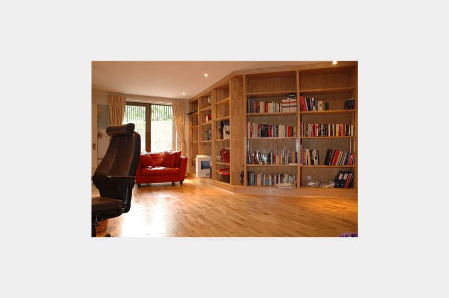 Le bureau, avec sa bibliothèque du sol au plafond, est incorporé au ...