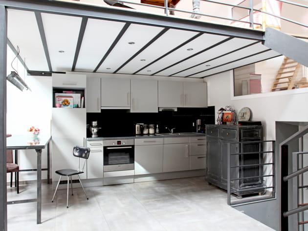 une cuisine ouverte de style industriel. Black Bedroom Furniture Sets. Home Design Ideas