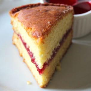 gâteau au lait chaud fourré à la gelée de framboises (hot milk sponge cake)