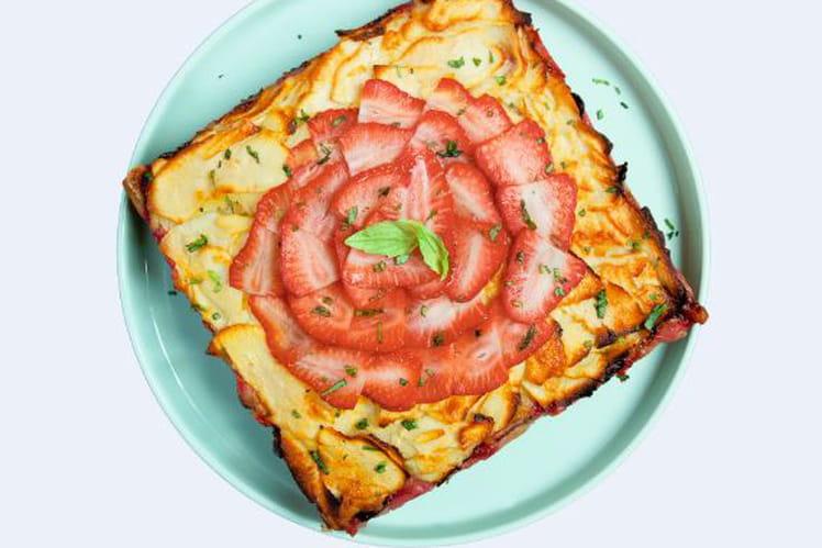 Gâteau invisible aux pommes, fraises et basilic