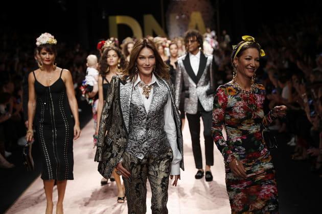 Carla Bruni-Sarkozy ne fait pas tapisserie en costume trois-pièces