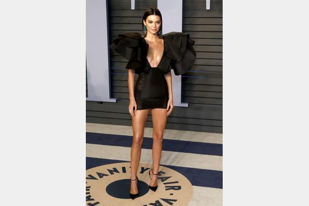 Kendall Jenner en mini robe noire et épaulettes XXL volantées