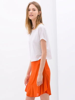 jupe à volants et tee-shirt blanc de zara