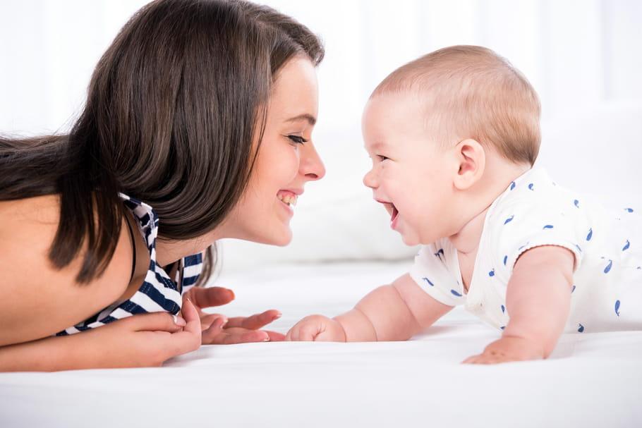 Mimétisme: à quel âge bébé commence-t-il à imiter?