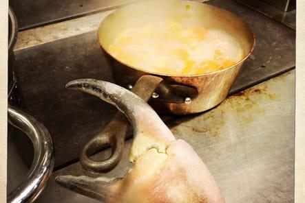 Cyril Lignac, en cuisine avec un crabe