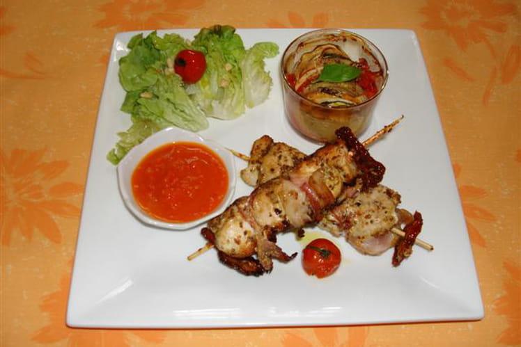 Brochettes de poulet mariné, tian de légumes et sauce poivron tomate