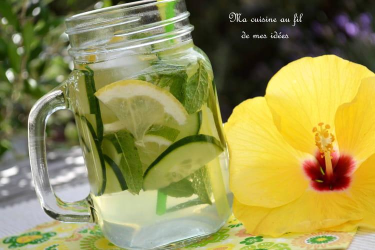 Eau pétillante au concombre, menthe, citron vert et citron jaune (detox water)