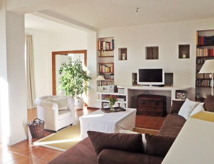 Un salon blanc et marron