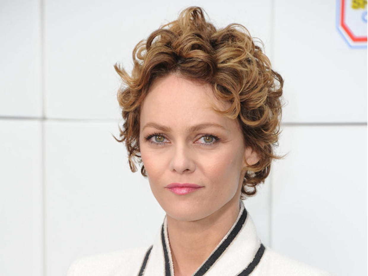 vanessa paradis les cheveux courts boucl s. Black Bedroom Furniture Sets. Home Design Ideas